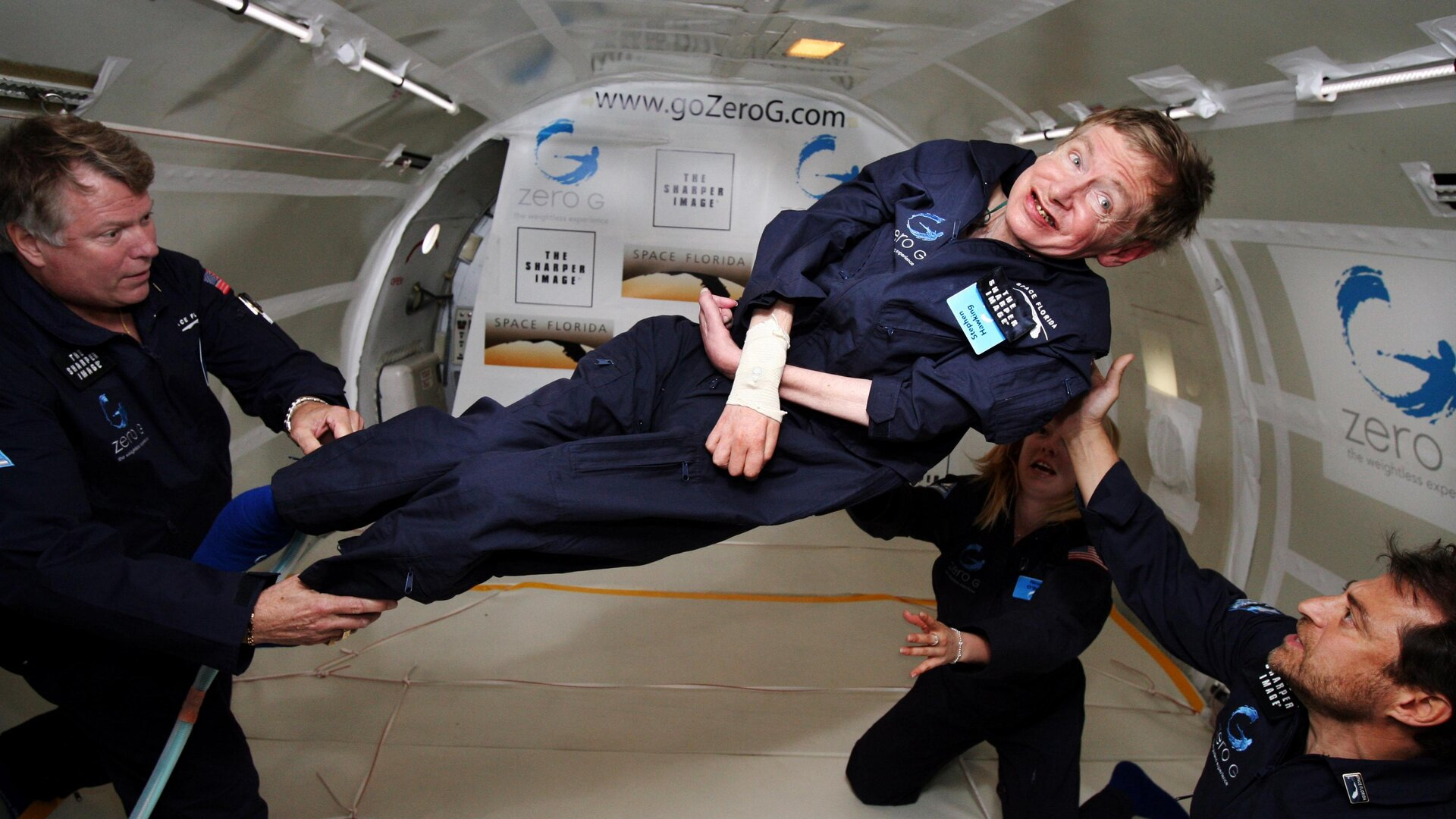Stephen_Hawking_in_weightlessness_pillars